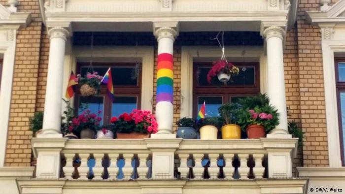 Веселковий прапор на балконі