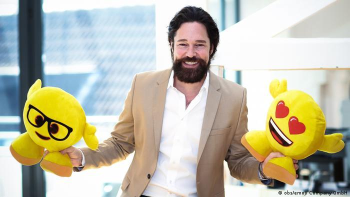 Marco Hüsges holding two emoji toys (Photo: obs/emoji Company GmbH)