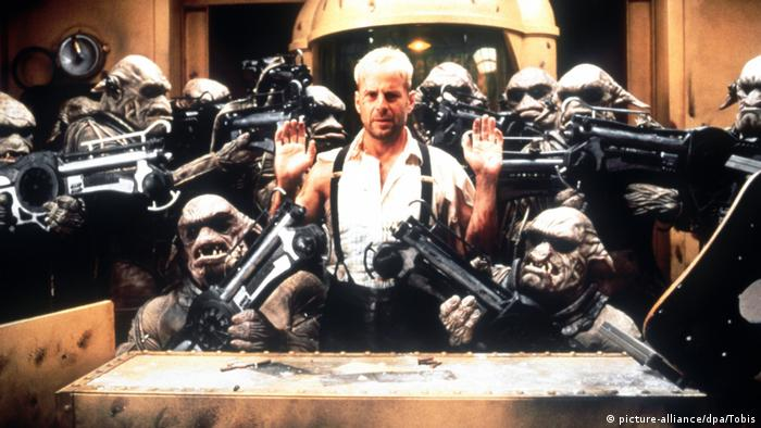 Still from The Fifth Element with Bruce Willis (picture-alliance/dpa/Tobis)