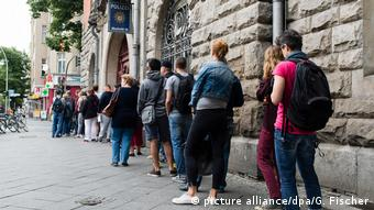 Lines outside city hall in Berlin (picture alliance/dpa/G. Fischer)