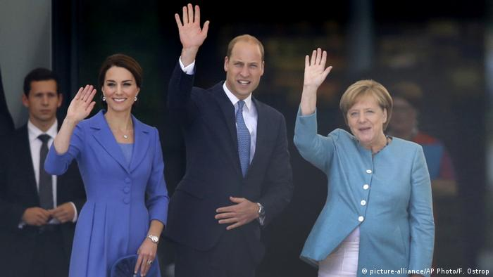 The British royal with German Chancellor Angela Merkel (picture-alliance/AP Photo/F. Ostrop)