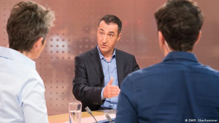 Cem Özdemir, en entrevista con Ines Pohl, editora en jefe de DW, y el presentador Jaafar Abdul-Karim.