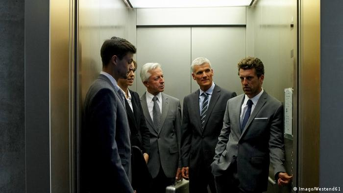 People in an office elevator (Imago/Westend61)