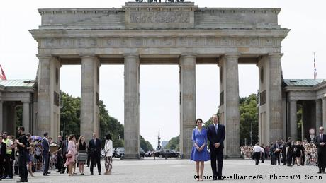 Prince William and Kate meet locals by Berlin's Brandenburg Gate (picture-alliance/AP Photos/M. Sohn)