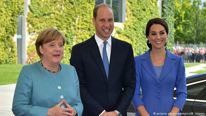 El príncipe Guillermo de Inglaterra y su mujer, Catalina, se reunieron en Berlín con la canciller alemana en primer día de su visita. Los duques de Cambridge llegaron a la capital germana procedentes de Polonia en su primera visita oficial a Alemania en un momento en el que se prevén duras negociaciones en el proceso de salida del Reino Unido de la Unión Europea (UE), Brexit. 19.07.2017