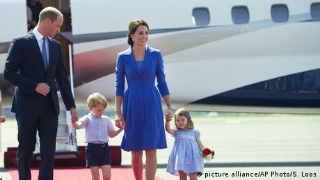 Prince William and Kate arrive in Berlin with their two children, George and Charlotte. (picture alliance/AP Photo/S. Loos)