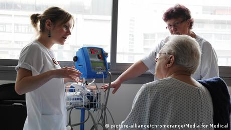 Symbolbild - Ältere Menschen in Behandlung (picture-alliance/chromorange/Media for Medical)
