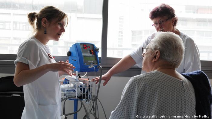 Symbolbild - Ältere Menschen in Behandlung