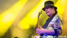 ARCHIV - Gitarrist Carlos Santana spielt am 16.07.2016 mit seiner Band bei den Jazz Open auf dem Schlossplatz in Stuttgart (Baden-Württemberg) ein Konzert. Gitarren-Legende Santana wird am 20. Juli 70 Jahre alt. (zu dpa «Ich bin ein guter Mann»: Gitarren-Legende Carlos Santana wird 70 vom 19.07.2017) Foto: Christoph Schmidt/dpa +++(c) dpa - Bildfunk+++   Verwendung weltweit