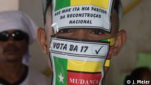 Osttimor (Timor-Leste) wählt ein neues Parlament Underaged Frenti-Mudanca 'supporter' who admitted he got paid to attend the Frenti-Mudanca Camaign in Baucau - Goor on July 11, 2017 Nach den Präsidentschaftswahlen im März 2017, wählt Osttimor (Timor-Leste) am 22 Juli ein neues Parlament. Die ehemalige portugiesische Kolonie, die später, zwischen 1975-1999 von Indonesien okkupiert war - nahezu ein Drittel der Bevölkerung kam in den 24 Jahren der Besatzung ums Leben - wurde 2002 nach einer dreijährigen UN-Übergangsperiode unabhängig. 15 Jahre nach seiner Unabhängigkeit gilt Osttimor (Timor-Leste) heute als Vorzeigebeispiel demokratischer Staaten in Südostasien.