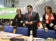 Menteri Lingkungan Jerman Sigmar Gabriel (tengah) pada pembukaan konferensi pendirian IRENA (26/01)