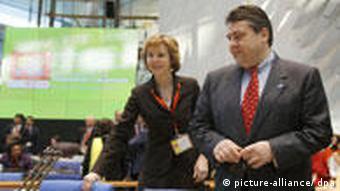 Sigmar Gabriel auf IRENA Bonn 2009 mit Connie Hedegaard und Teresa Ribera Rodriguez