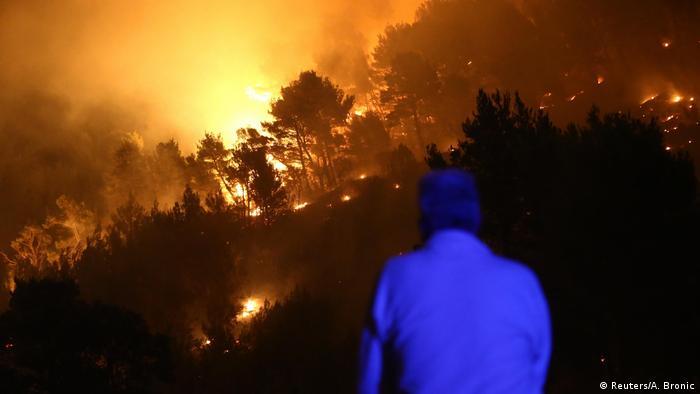 Homem observa fogo em Portugal