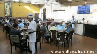 Indien Kolkata - Indian Coffee House (picture alliance/dpa/S. Mauer)