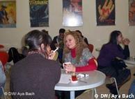 Zwei Frauzen sitzen in der Cafeteria des Goethe-Instituts Istanbul, im Hintergrund weitere KursteilnehmerInnen