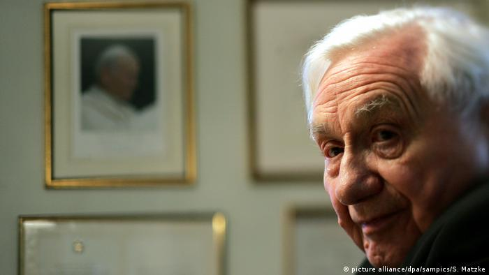Georg Ratzinger interviewed in Regensburg on his brother becoming the pope in 2013 (picture alliance/dpa/sampics/S. Matzke)