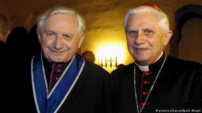 Ex-pope with his brother in 2004 (picture alliance/dpa/A. Weigel)