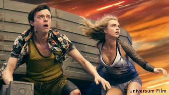 Film still Valerian City of a Thousand Planetsa boy and a girl looking very surprised (Universum Film)