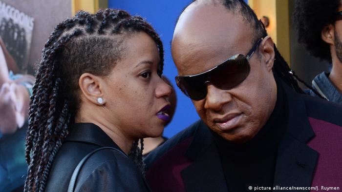 USA Stevie Wonder und Tomeeka Robyn Bracy (picture alliance/newscom/J. Ruymen)