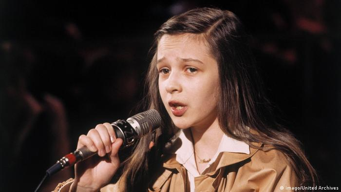 Andrea Jürgens at 10, singing
