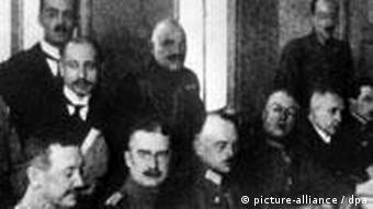 Die Delegationen am Verhandlungstisch in Brest-Litowsk