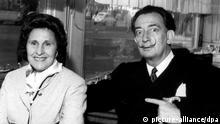 Der spanische Surrealist Salvador Dali mit seiner ehefrau Gala, aufgenommen 1962 in einem Hotel in Perpignan in Frankreich. Foto: BEP/L'INDEPENDANT J. Barde Maxppp +++(c) dpa - Report+++ |