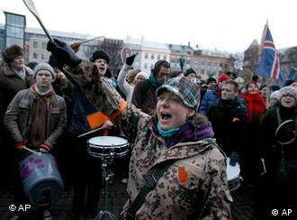 Οι Ισλανδοί στους δρόμους μετά την πτώχευση των τραπεζών