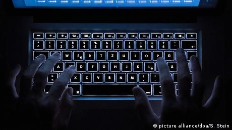 Picture of computer keyboard illuminated from below (picture alliance/dpa/S. Stein)