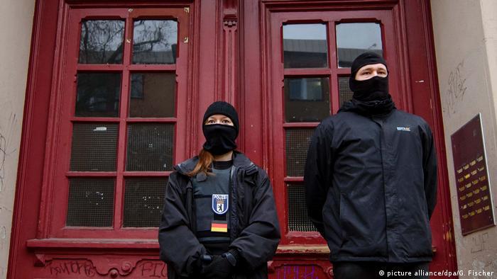 Policija na ulaznim vratima u džamiju Fussilet u Belinu