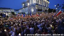 Crowds of protesters in Warsaw (picture alliance/dpa/AP/C. Sokolowski)