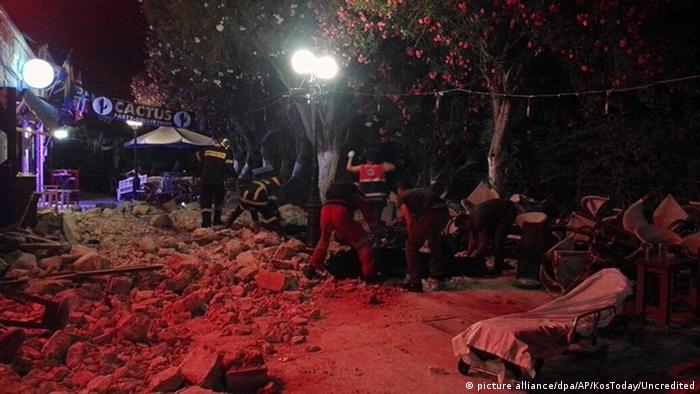 Rescuers clear rubble in Kos