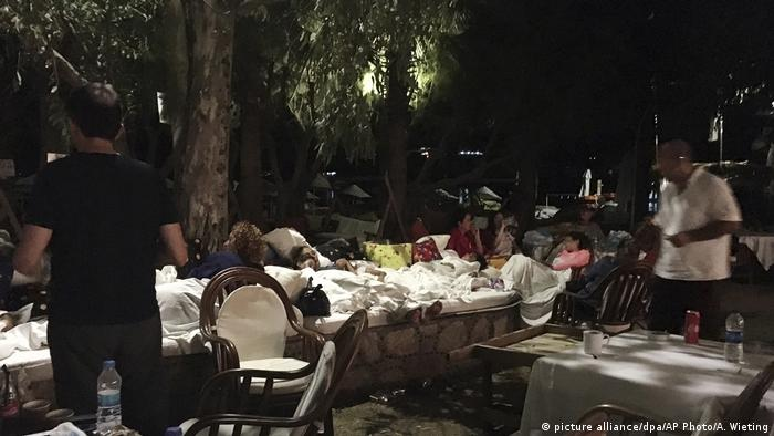 Hotel guests sleeping outdoors in Bitez (picture alliance/dpa/AP Photo/A. Wieting)
