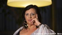 dpatopbilder - Pilar Abel, die mutmaßliche Tochter des legendären Surrealismus-Künstlers Salavdor Dali, spricht am 19.07.2017 in Madrid (Spanien) bei einer Pressekonferenz. Die 61-jährige Spanierin behauptet, dass ihre Mutter mit Salavador Dali eine Affäre hatte, weshalb nun ein Gericht entschieden hat, DNA-Proben von Dali zu nehmen und mit Abel abzugleichen. Am 20.07 haben die Vorbereitungen für die Exhumierung Dalis begonnen. (zu dpa «Vorbereitungen für Exhumierung von Dalí haben begonnen» vom 20.07.2017) Foto: Francisco Seco/AP/dpa +++(c) dpa - Bildfunk+++ |