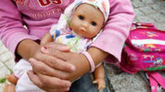 Kinderarm mit Puppe (Foto: AP)