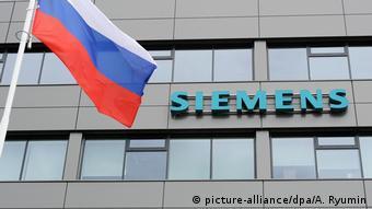 Эмблема Siemens на здании и российский флаг