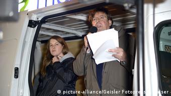 Melanie Dittmer und Udo Ulfkotte bei einer Kundgebung im Kleinbus