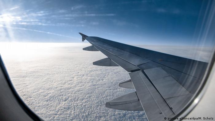 Symbolbild Blick aus Flugzeugfenster auf Himmel und Wolken