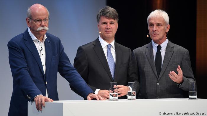 Дітер Цетше з Daimler, Гаральд Крюґер з BMW та Маттіас Мюллер з VW під час автосаміту в Мюнхені, 2016