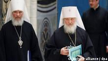 Russisch-Orthodoxe Kirche beginnt Wahl von neuem Oberhaupt. ***Main candidates at the upcoming Patriarch elections, Metropolitan Kirill of Smolensk and Kaliningrad, interim head of the Russian Orthodox church (front R) and Metropolitan Kliment of Kaluga and Borovsk (L), walk together during an archbishop congress for Patriarch elections at the upcoming congress of all Orthodox church in Moscow, Russia, 25 January 2009. Metropolitan Kirill is one of the possible candidates to be elected as the next Patriarch. EPA/SERGEI CHIRIKOV +++(c) dpa - Report+++