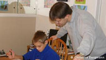 Uwe Romeike unterrichtet Sohn Daniel (Foto: DW / Christina Bergmann)