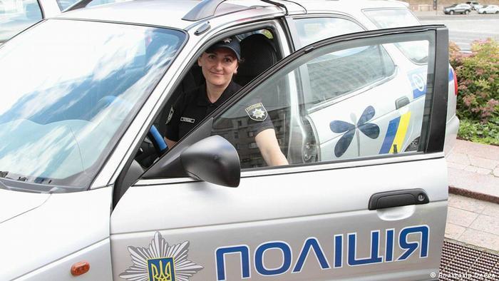 Нова поліція проти домашнього насильства - ПОЛІНА працює в Україні вже місяць. Більшість членів мобільних груп - жінки.