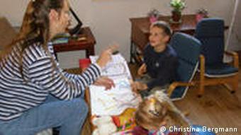 Hannelore Romeike unterrichtet die Jüngsten, Christian und Damaris (Foto: DW / Christina Bergmann)
