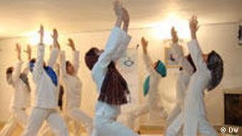 Frauen während Yoga im Iran
