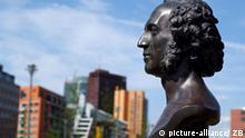 Berlin: Eine Büste des Komponisten Felix Mendelssohn Bartholdy steht im gleichnamigen Park im Berliner Stadtteil Kreuzberg (Stadtbezirk Friedrichshain-Kreuzberg) im Hintergrund Gebäude vom Potsdamer Platz, aufgenommen im Juni 2003. (BRL518-090703)