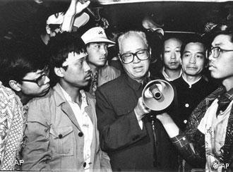 Chinese Communist Party General Secretary Zhao Ziyang went to Tiananmen Square to call on the student hunger strikers in the early morning of May 19, 1989. (AP Photo/Xinhua) Bild stand am 20.05.1989 auf der Titelseite der chinesischen Volkszeitung. Das Foto zeigt Wen Jiabao mit dem Generalsekretär Zhao Ziyang zusammen.