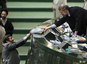 احمدینژاد هنگام تسلیم لایحه بودجه به لاریجانی. اختلاف نظرها از همانجا آغاز شد