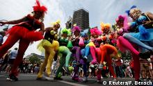 Parade zum Christopher Street Day in Berlin (Reuters/F. Bensch)