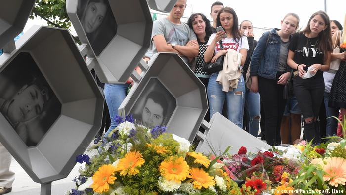 Pictures of Munich victims on the inside of the new monument(picture-alliance/dpa/T. Hase)