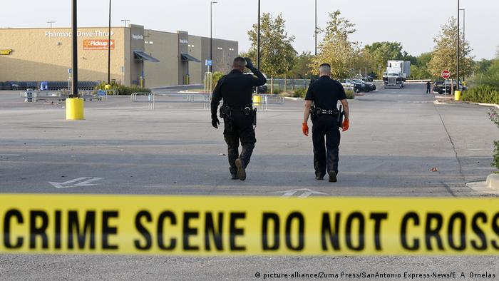 Law enforcement at the scene, where people were discovered inside a tractor trailer in a Walmart parking lot at IH35 South and Palo Alto Road (picture-alliance/Zuma Press/SanAntonio Express-News/E. A. Ornelas)