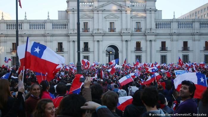Chile Fußball-Fans cor dem Präsidentenpalast in Santiago